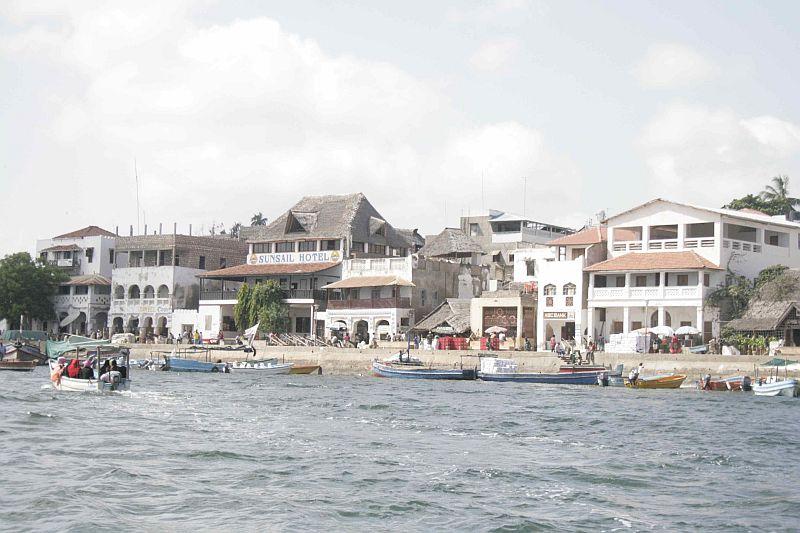 Eine weitere Ansicht Lamus, vom Meer aus gesehen.