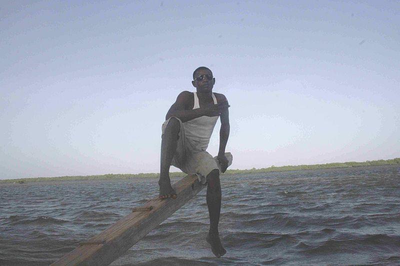 Ein Bootsführer auf dem Ausleger.
